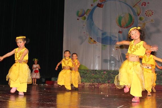 35.可爱的孩子们舞蹈时的表情真是充满了天真